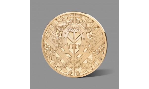Sėkmės simboliais puoštas paauksuotas medalis